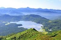 福島県 尾瀬 燧ヶ岳から望む尾瀬沼と日光の山並み