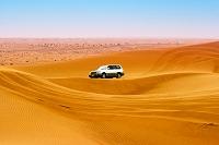砂漠を行くジープ