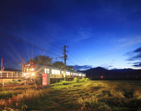 長野県 上田市 夕暮れの別所線の電車と田園と夫神岳と月