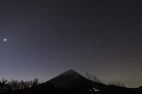 山梨県 三湖台から見る富士山とふたご座流星群