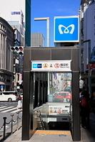 新しくなった地下鉄銀座駅の出入り口と銀座の街並み