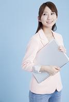 ノートPCを持つ日本人女性