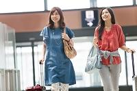 キャリーバックを持つ日本人女性