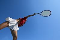 サーブをする女子テニス選手