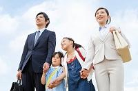 手を繋ぐ日本人家族
