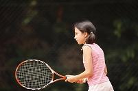 テニスをする女の子