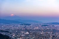 静岡県 静岡市の街並みと富士山 夕景