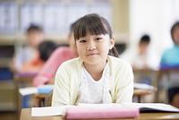 授業をうける小学生の女の子
