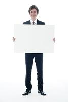 メッセージボードを持つビジネスマン