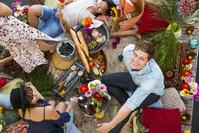 友人と食事をする若者