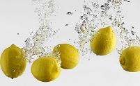 水に飛び込む5つのレモン