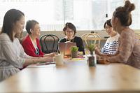 シェアオフィスを利用する女性5人