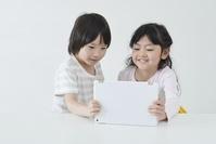 タブレット学習をする日本人の子供