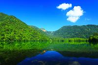 栃木県 夏の奥日光 湯ノ湖と山並み