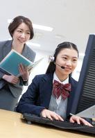 パソコンの指導をする教師と女子学生