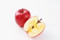 赤いふじリンゴとカットされた断面