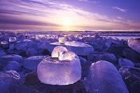 北海道 十勝川河口の氷と太平洋の日の出