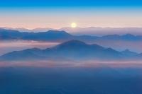 山梨県 朝日と山並み