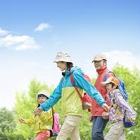 リュックを背負って歩く日本人家族