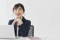 オフィスでデスクワークをする日本人ビジネスウーマン