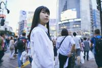 渋谷スクランブル交差点にいる女子高生