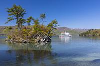 青森県 十和田湖の恵比寿大黒島と遊覧船