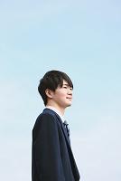 空を眺める男子高校生