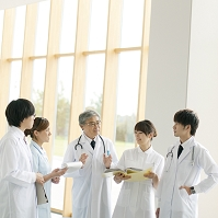打合せをする医者と看護師