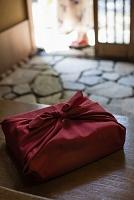 玄関に置かれた風呂敷包み