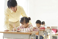 教室で勉強する小学生