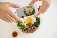 スマートフォンで料理を撮影