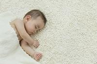 リビングで眠る裸の日本人の赤ちゃん