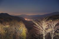 長野県 分杭峠より高遠方向の山並みと夜空