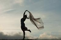 布地を持って踊る外国人女性
