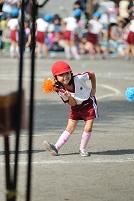運動会のお遊戯で踊る女の子