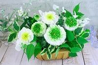 白とグリーンのフラワーアレンジメント