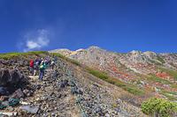 長野県 御嶽山の登山道より石室山荘と覚明堂