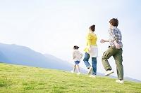 丘を歩く日本人家族