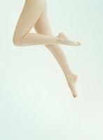ジャンプする女性の足元