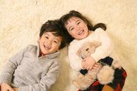 絨毯の上で遊ぶ子供