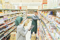 スーパーで働くシニア