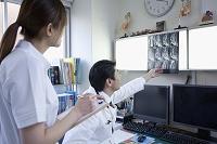 レントゲン写真を見る医師と看護師