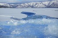 北海道 屈斜路湖の割れ氷と藻琴山