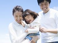 娘を抱く母親と寄り添う父親