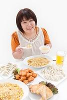 複数の料理と肥満女性
