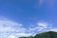 大阪府 和泉市 青空と雲と緑の山並 筋雲