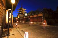 京都府 東山花灯路 ライトアップした八坂の塔と八坂道