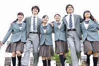 校庭を走る高校生
