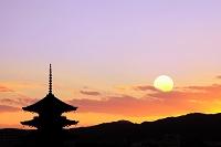 京都府 夕暮れの東寺五重塔と夕日(合成)