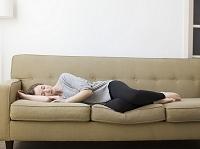 ソファでくつろぐ若い女性